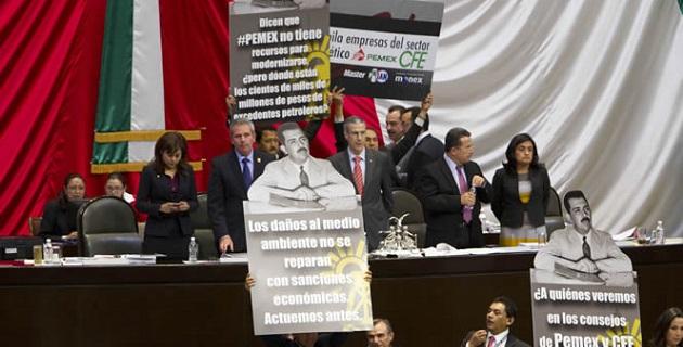 Legisladores del sol azteca subieron con mantas y cartulinas a la tribuna para manifestar su rechazo a esta legislación