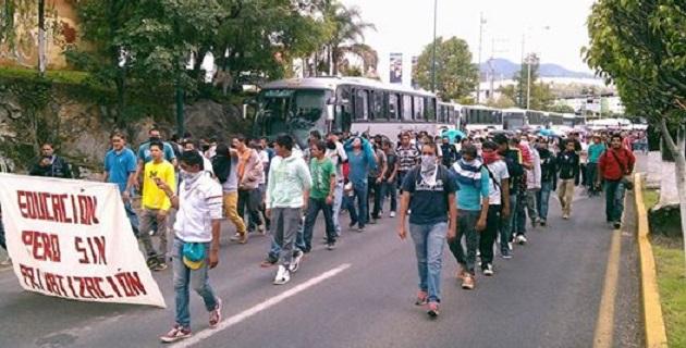 Después de más de una hora de bloqueo frente a Palacio de Gobierno, los normalistas decidieron retirarse del lugar, no sin antes amagar con nuevas manifestaciones (FOTO: FRANCISCO ALBERTO SOTOMAYOR).