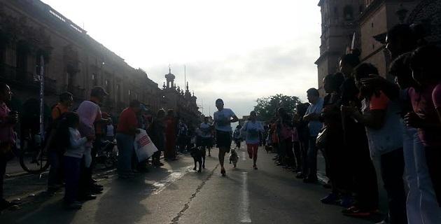 """Juan Pablo Méndez presidente de la Comisión de Deporte del Consejo Juvenil Ciudadano de Morelia, dijo que más de 500 corredores acompañados de sus fieles amigos de """"cuatro patas"""", recorrieron juntos 3 y 5 km"""