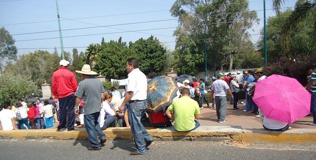 Se trata de alrededor de 350 sindicalizados del COBAEM, quienes se manifiestan frente a Casa de Gobierno, se recomienda tomar precauciones