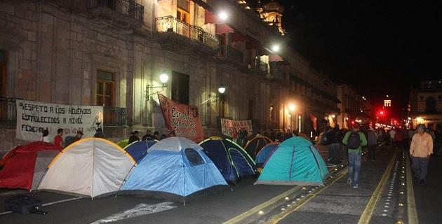 Los inconformes vandalizaron las oficinas centrales de la SEE, se manifestaron en la PGJE, en Casa de Gobierno, en la Secretaría de Finanzas y Administración y finalmente en el Centro Histórico de la capital michoacana (FOTO: 90 GRADOS).