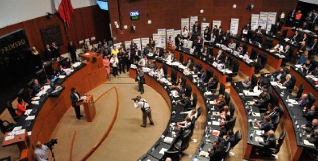 Desde el arranque de la sesión, los senadores del PRD colocaron frente a la tribuna un cartón con la imagen del ex presidente Lázaro Cárdenas, quien en marzo de 1938 decretó la expropiación petrolera