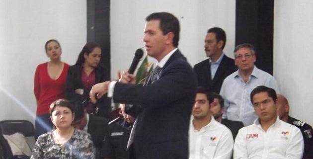 Frente a los jóvenes morelianos que abarrotaron el auditorio del IJUM, Castillo Cervantes refirió que de manera paralela a las acciones de seguridad, el gobierno de la República, está construyendo alternativas de crecimiento y desarrollo