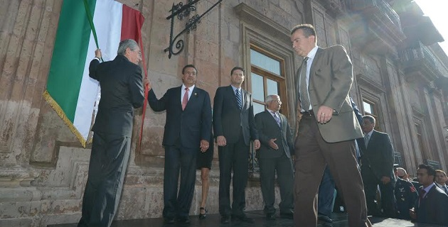 El gobernador del Estado, Salvador Jara Guerrero, y el presidente municipal de Morelia, Wilfrido Lázaro Medina, encabezaron el recorrido en bando solemne