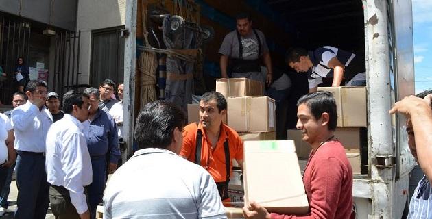 La descarga del material comenzó a las 14:40 horas y con el apoyo del personal del INE se transfirió a los diversos vehículos oficiales de las 12 Juntas Distritales de la entidad