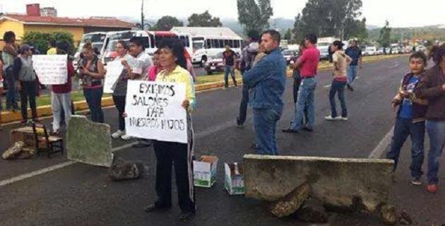 Los manifestantes exigen a las autoridades la liberación de recursos para que sea terminada una escuela en la zona (FOTO: FRANCISCO ALBERTO SOTOMAYOR).