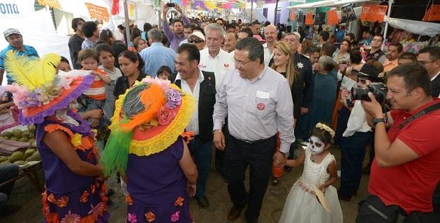 """Lázaro Medina agradeció a los visitantes por darle vida a esta Feria y exhortó a que compren """"catrinas""""; """"los gobiernos federal, estatal y municipal, seguiremos trabajando en la imagen urbana de esta tenencia"""", reiteró"""