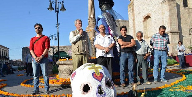 Diversas dependencias de la administración municipal participaron para habilitar este magno altar que da realce a las actividades que año con año se llevan a cabo para vivir esta celebración mexicana