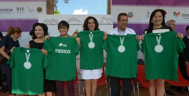 El presidente municipal, Lázaro Medina, entregó al director del Instituto de la Juventud Moreliana, Pablo César Sánchez Silva, el nombramiento como jefe de la Misión del Programa México en Acción
