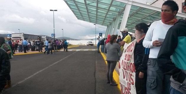 Argumentan los manifestantes que estas acciones son en apoyo a la Escuela Normal de Ayotzinapa, Guerrero, y para demandar la aparición de los 43 estudiantes desaparecidos hace mes y medio en Iguala (FOTO: ALTORRE.COM.MX)