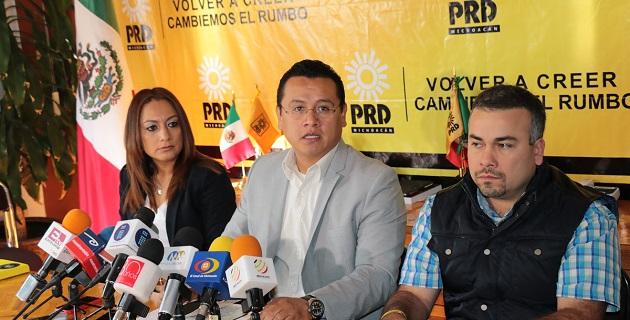 El líder estatal del PRD dijo también que la democracia interna –sí alguna vez la hubo- vive horas bajas en el PRI de Michoacán, pues el dirigente nacional del tricolor vino a imponer a los dirigentes del Movimiento Territorial y el ONMPRI