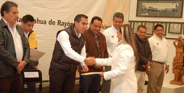 Rodolfo Camacho Ceballos entregó 40 constancias a productores de esferas.