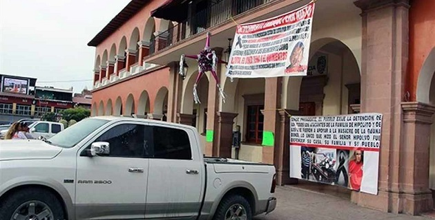 """""""Lo único que hizo el señor Hipólito fue defender su casa, su familia y su pueblo"""", refieren las mantas afuera de la alcaldía de Apatzingán"""