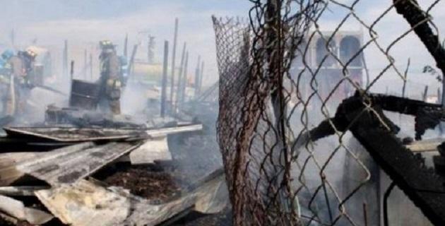 Al lugar arribaron elementos de Protección Civil y Bomberos Municipales para combatir las llamas que dejaron cuantiosas pérdidas materiales