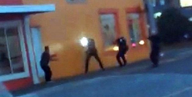 De acuerdo con la información que publica la prensa de Seattle, uno de estos policías había sido objeto de una demanda federal de derechos civiles de la ciudad por 100 mil dólares