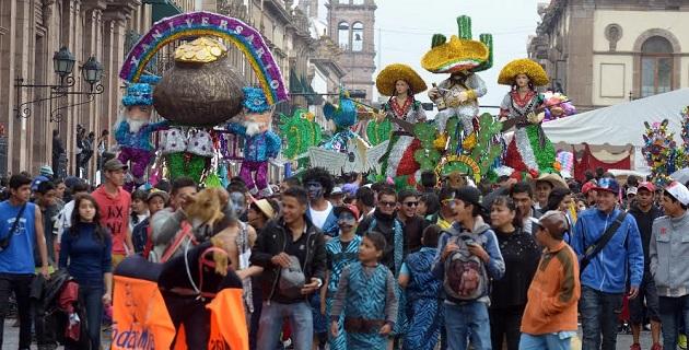 La mañana de este sábado, más de 30 mil personas se dieron cita en el Centro Histórico de la ciudad para disfrutar del Carnaval del Torito de Petate