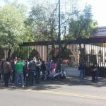Hasta el mediodía de este viernes la circulación en la Calzada Ventura Puente se encontraba bloqueada frente a dicha dependencia