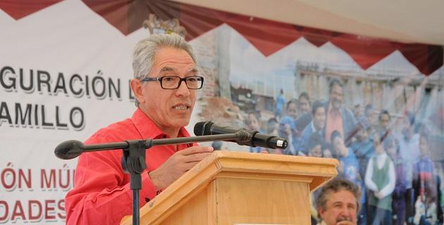Salvador Jara entregó en esta cabecera municipal, 420 aspersoras manuales tipo mochila para los agricultores, que se adquirieron con una inversión bipartita entre estado y beneficiarios de 315 mil pesos