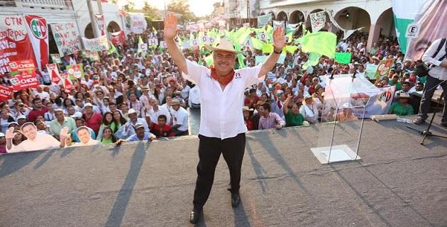 Orihuela Bárcenas fue acompañado por los ex gobernadores Víctor Tinoco, Ausencio Chávez y Genovevo Figueroa, así como por su esposa Carmelita Estefan y sus hijos y nietos