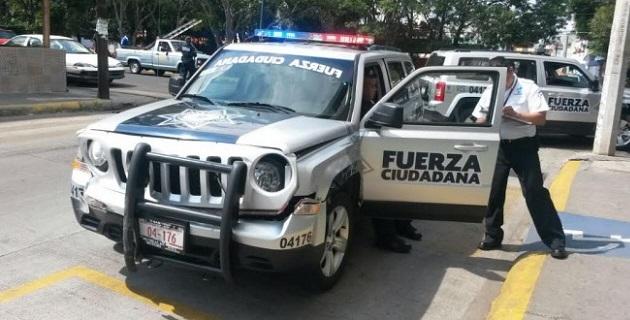 Los paramédicos de Protección Civil Estatal atendieron a los pasajeros del vehículo del servicio público y al conductor, sin que éstos sufrieran lesiones graves, explicaron los propios rescatistas