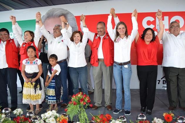 Cristina Díaz fue acompañada por los líderes nacionales de los sindicatos del sector salud Luis Miguel Victoria Ranfla del SNTISSSTE y Manuel Vallejo Barragán del SNTSS