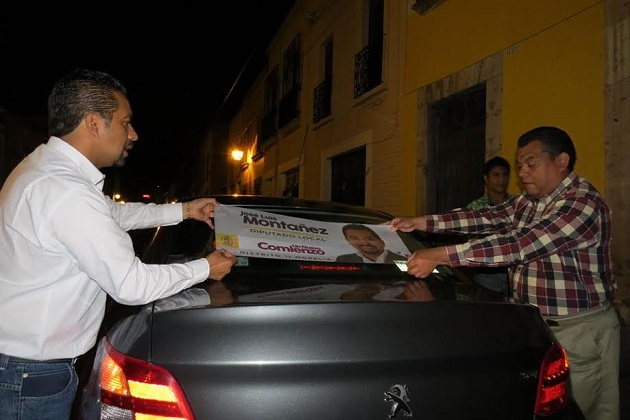 Después del acto protocolario el candidato José Luis Montañez, los presentes iniciaron la pega oficial de propaganda en los vehículos de los entusiastas seguidores