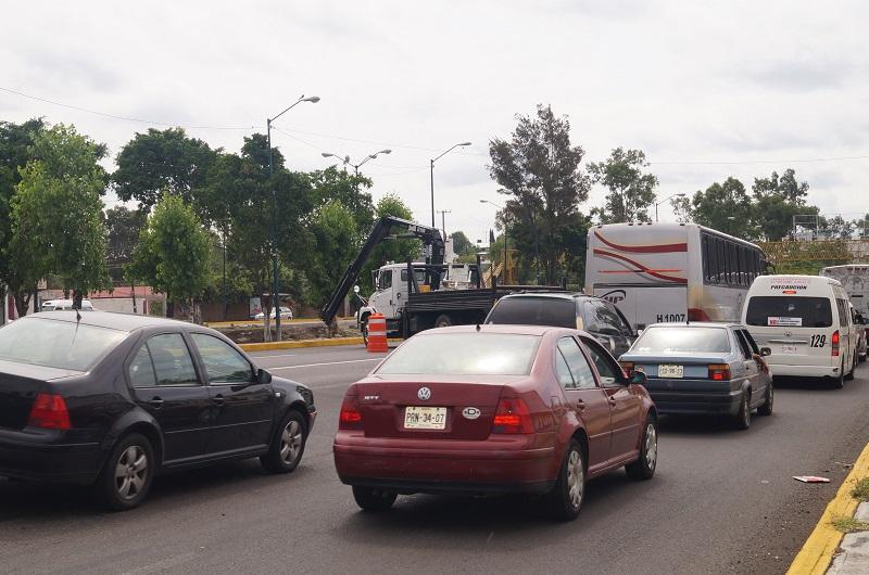 Mientras esto ocurre, no se observa presencia de elementos policíacos de la Fuerza Ciudadana o agentes de tránsito para poner orden en la zona
