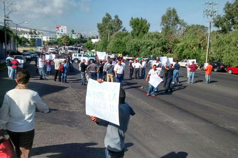 Los manifestantes exigen al gobernador de Michoacán, Salvador Jara, que respete y haga cumplir acuerdos que tiene el gobierno estatal en la Ruta Roja 1 y en la Ruta Roja 2 (FOTO: FRANCISCO ALBERTO SOTOMAYOR)