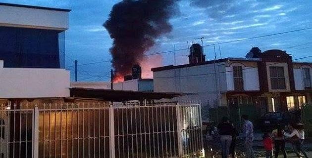 Aspecto del incendio registrado la noche del sábado en Uruapan.