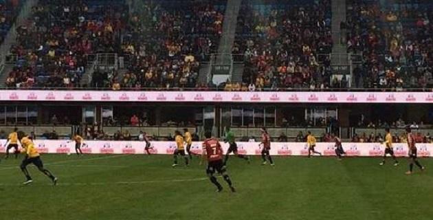 El primer tiempo del partido estuvo muy parejo, ambos conjuntos disputaban el esférico con la misma enjundia mientras el ambiente del estadio se encendía a pesar de que parecía que los goles no iban a llegar
