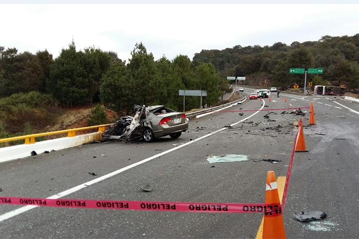 El conductor del Civic intentó rebasar otro auto sin percatarse de que el autobús se aproximaba en sentido contrario y pese al intento del chofer del pesado vehículo de esquivarlo, este alcanzó a golpearlo causando un aparatoso accidente