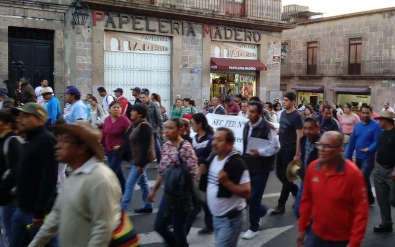 Siguen las movilizaciones a favor de los presuntos estudiantes detenidos el pasado 7 de diciembre tras secuestrar autobuses, tomar una caseta y enfrentarse a la policía (FOTO: EXENI MORELIA)