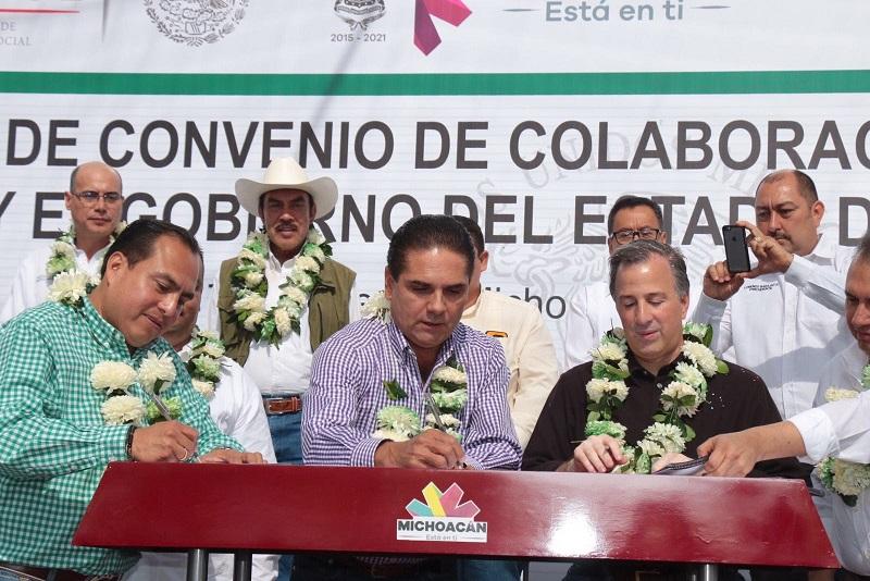 Durante gira de trabajo el gobernador hizo entrega de obra educativa, una ambulancia e inauguró la Caravana de Servicios Integrales en Tepalcatepec