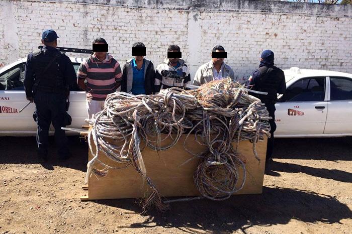 Los detenidos viajaban en dos vehículos rotulados con los colores oficiales de taxi, son acusados de robar cable telefónico en el municipio de Erongarícuaro