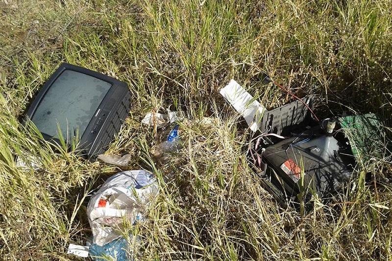La gráfica se tomó en un terreno baldío que se ubica entre las colonias Eduardo Ruiz y Unidos Santa Cruz; en el lugar se observaron por lo menos cuatro televisores, además de varias bolsas de basura (FOTO: ALEJANDRA ORTEGA)
