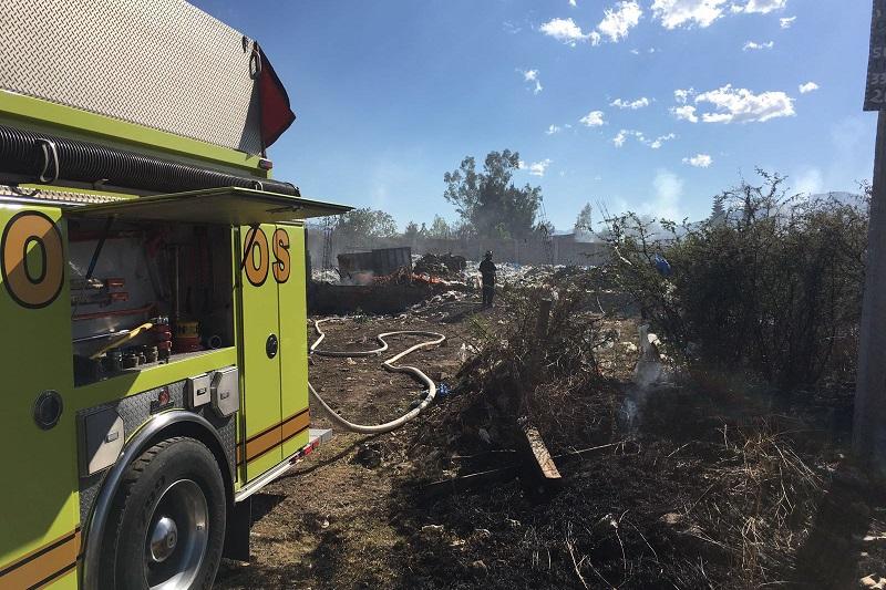 Por la quema de pastizales, esta tarde el fuego se extendió hasta alcanzar montones de basura, lo cual derivó en el incendio de una bodega al aire libre ubicada en esa misma calle