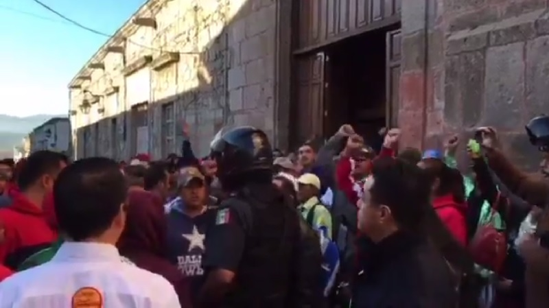 Sólo la intervención de elementos del GOES de la SSP impidió que los empujones llegaran a los golpes en el lugar; cerrada la vialidad en la calle Allende y complicada en Galeana (FOTO: EXENI MORELIA)