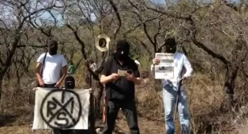 En un video que ha circulado por las redes se observa a un grupo de hombres encapuchados con fusiles en mano
