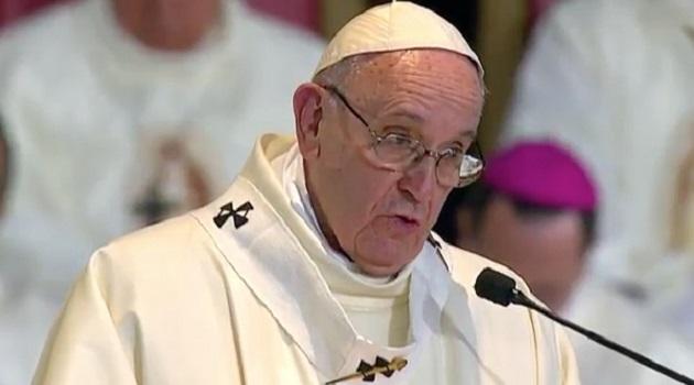 En la Basílica, donde miles de católicos se congregaron dentro y fuera del santuario, el Papa oró también porque México busque el progreso por medio de la justicia y la paz