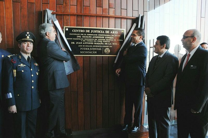 El mandatario estatal acompañó al presidente del STJE, Juan Antonio Magaña de la Mora, a su tercer informe de labores