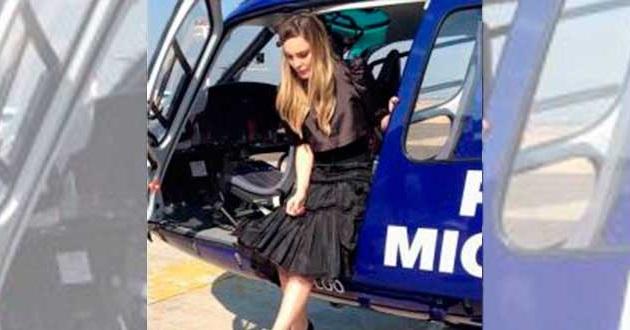 En la fotografía publicada en redes sociales se aprecia a la cantante mientras desciende de un helicóptero de la SSP de Michoacán, lo cual ha generado polémica entre la clase política de Michoacán y en las mismas plataformas de cibernautas