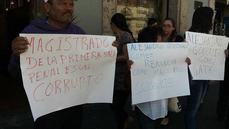 Los manifestantes acusaban a González Gómez de haber dejado en libertad al ex diputado del PRD, Isidro Fausto Gutiérrez, aseguran que ese personaje es responsable por la muerte de cuatro personas (FOTO: MARIO REBO)