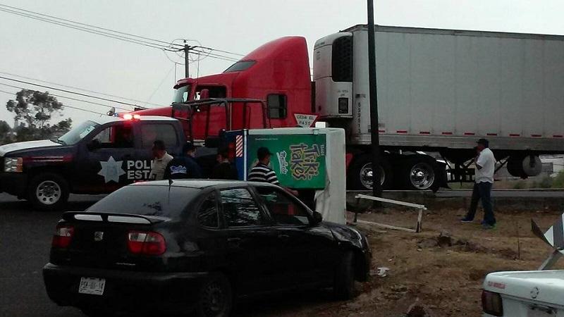 Al lugar arribaron elementos de la Policía Michoacán para ordenar el tránsito vehicular, auxiliar al chofer de la unidad y ordenar el tránsito vehicular