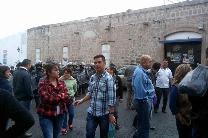 Al lugar arribaron elementos del GOES de la SSP, quienes por el momento sólo vigilan a los manifestantes