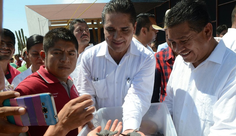 Además, el mandatario michoacano entregó certificados de proyectos productivos a familias de escasos recursos, con el propósito de acercarles herramientas para el autoempleo y que mejoren su calidad de vida