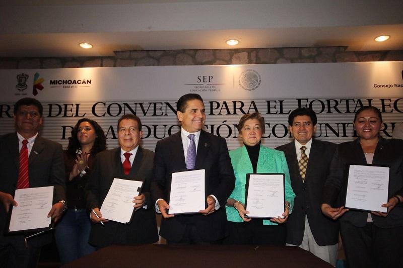 En las instalaciones de Casa de Gobierno, el mandatario destacó que este programa ha jugado un papel muy importante para la educación de las niñas y los niños de las comunidades de Michoacán en las últimas cuatro décadas