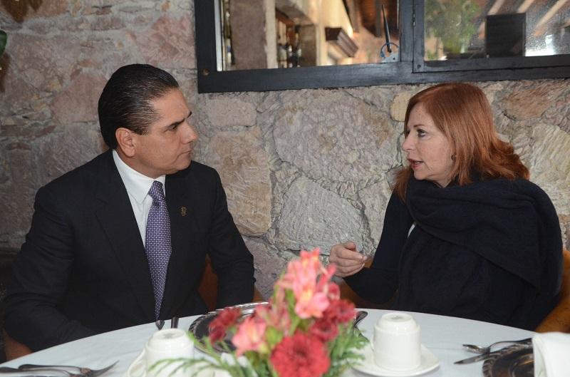 Intercambia el gobernador Silvano Aureoles impresiones con la periodista sobre visita del Sumo Pontífice a nuestro estado