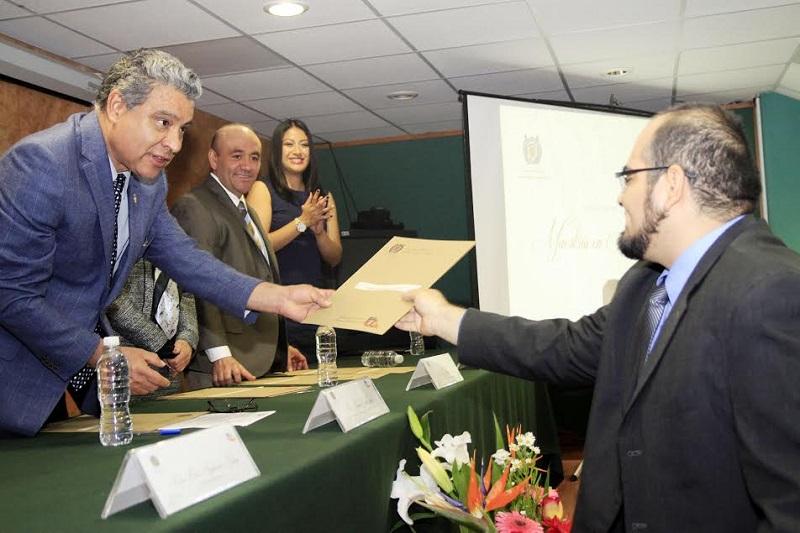 Pérez Murguía felicitó a los egresados de la Maestría en Administración, en una breve ceremonia que se llevó a cabo en el auditorio de la Facultad de Contaduría y Ciencias Administrativas