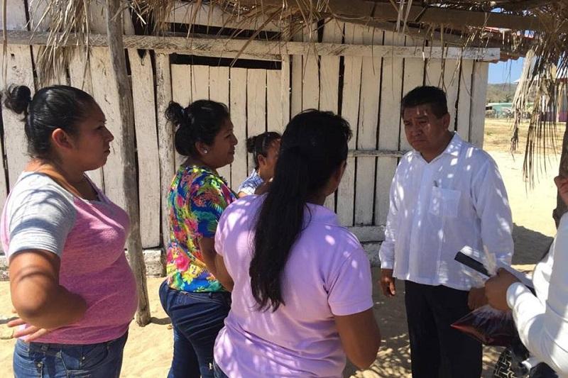 Durante su visita a las escuelas, el titular de la SPI escuchó las peticiones de maestros, alumnos y padres de familia, quienes le entregaron diversas solicitudes