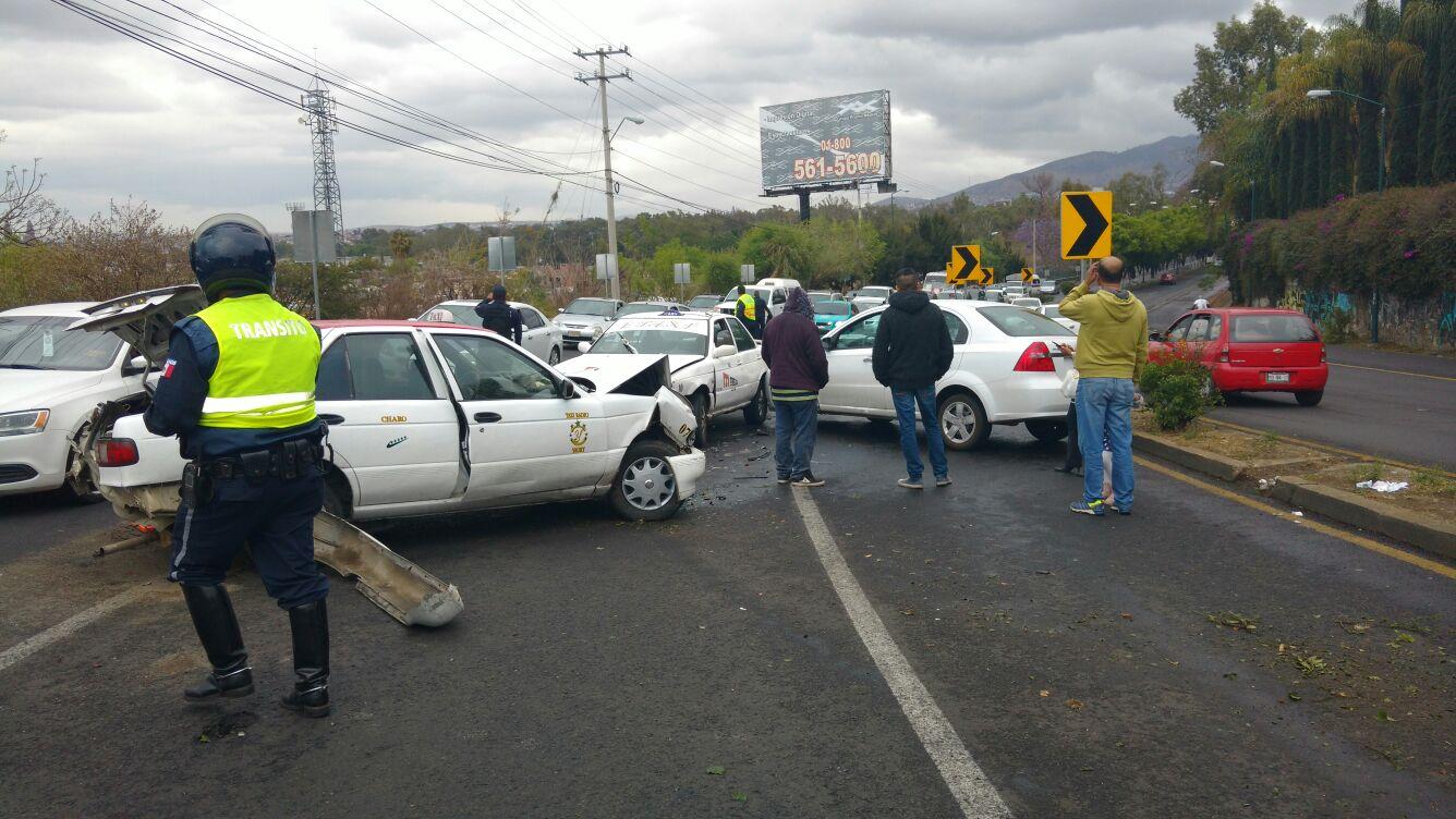 Por la ligera lluvia que cae esta tarde en Morelia, se recomienda a automovilistas manejar con precaución, ya que el pavimento se encuentra mojado (FOTO: FRANCISCO ALBERTO SOTOMAYOR)
